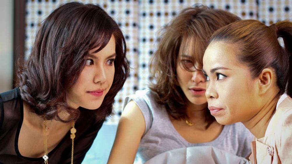 Hai cô bạn thân cũng ''tận tình'' giúp Ing trong các buổi xem mắt.