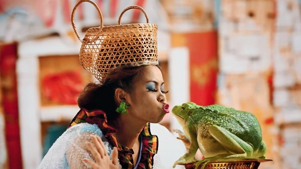 Tukky chỉ là cô gái trẻ bán ếch trong con hẻm độc lạ nhưng lại bị ám ảnh với việc trở thành công chúa.