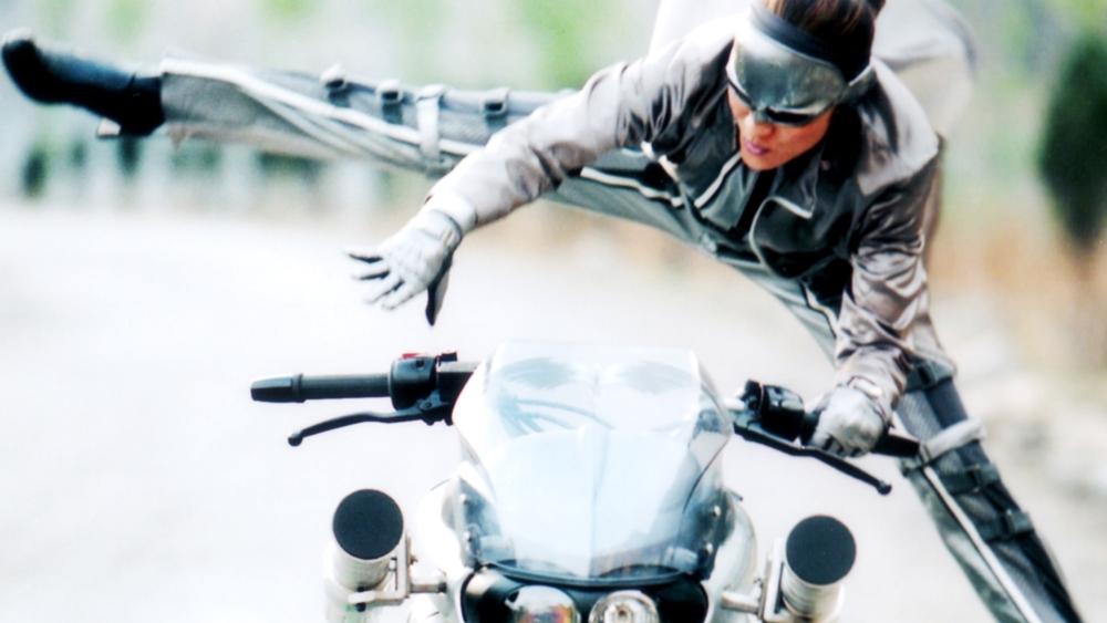 Diều Hâu Bạc là một nữ hiệp ẩn mặt luôn giúp đỡ cảnh sát tóm gọn những tên tội phạm
