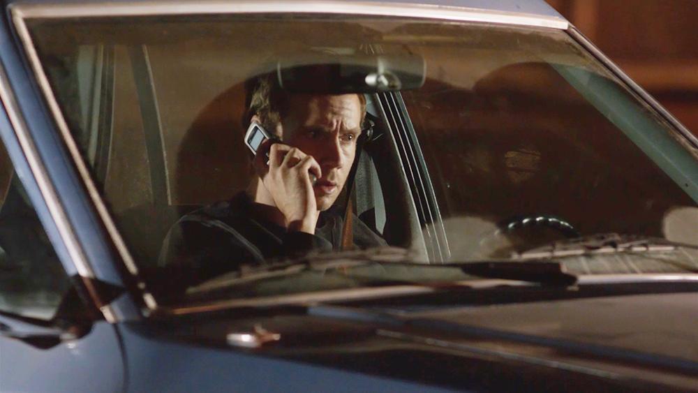 Cuộc điện thoại kỳ lạ được mã hóa, đề nghị Elliot tham gia vào một trò chơi nguy hiểm