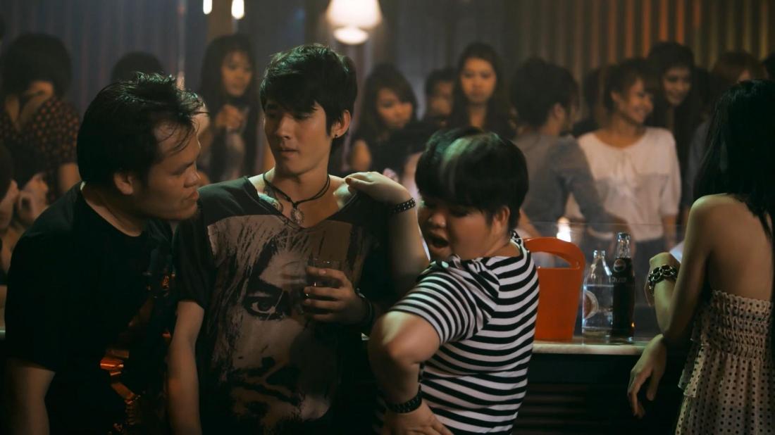 Doh và Yi vô tình gây thương tích cho một tay lão đại giang hồ trong một quán bar và bị đàn em của hắn truy sát.