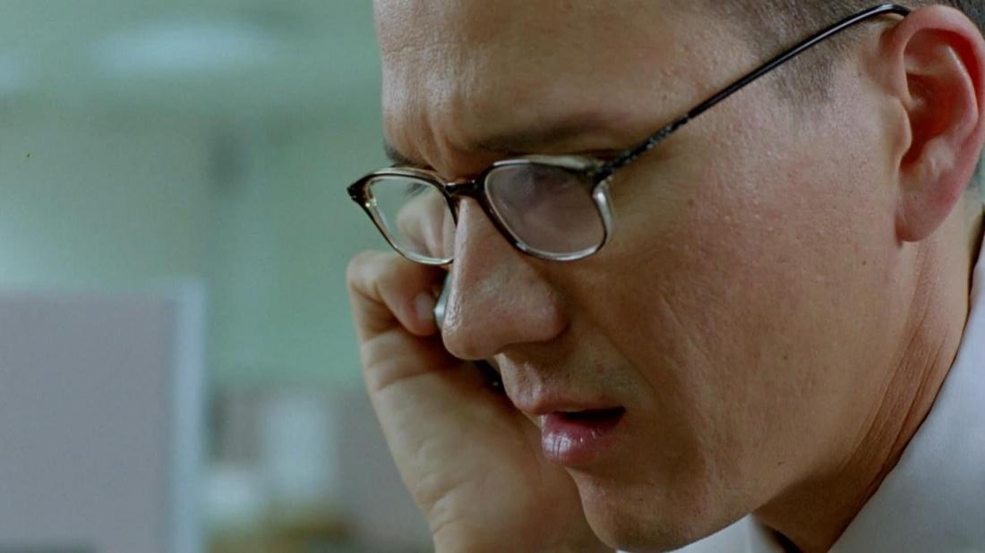 Trong lúc đang ngồi lặng lẽ trong một góc cầu thang, Chit nhận được một cuộc điện thoại làm thay đổi hoàn toàn cuộc đời anh.