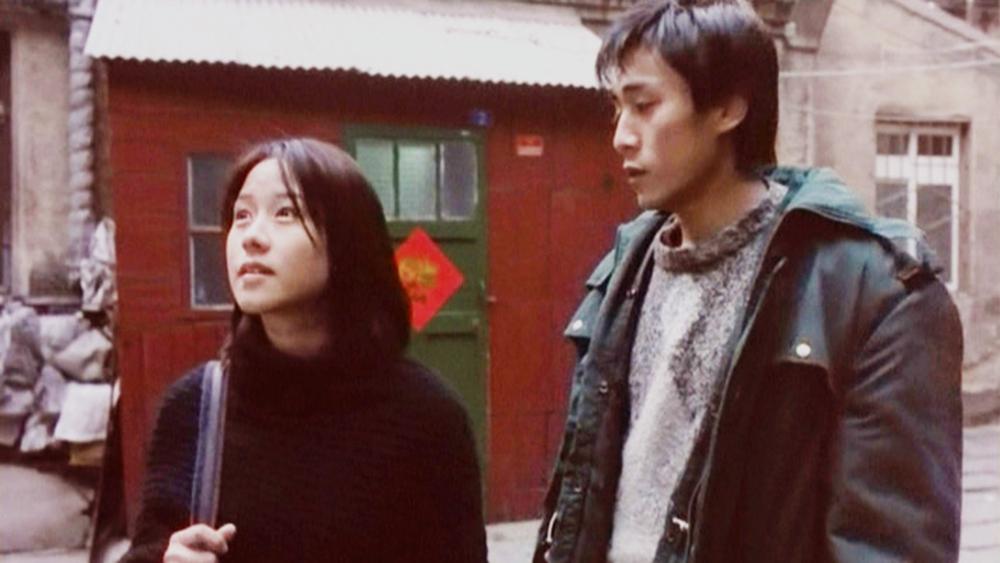 Tình cờ, cô kết bạn với người đưa thư địa phương tên Tiểu Liệt