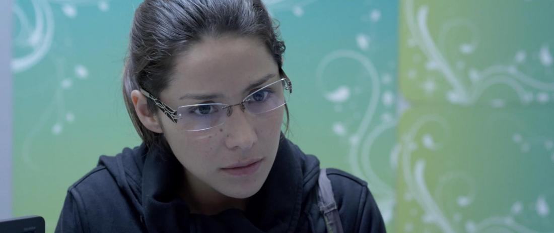 Nữ diễn viên 27 tuổi Olivia bắt đầu nhận được những cú điện thoại thúc giục trả tiền từ nhiều chủ nợ tới người họ đang tìm kiếm là Lorena Ruiz.