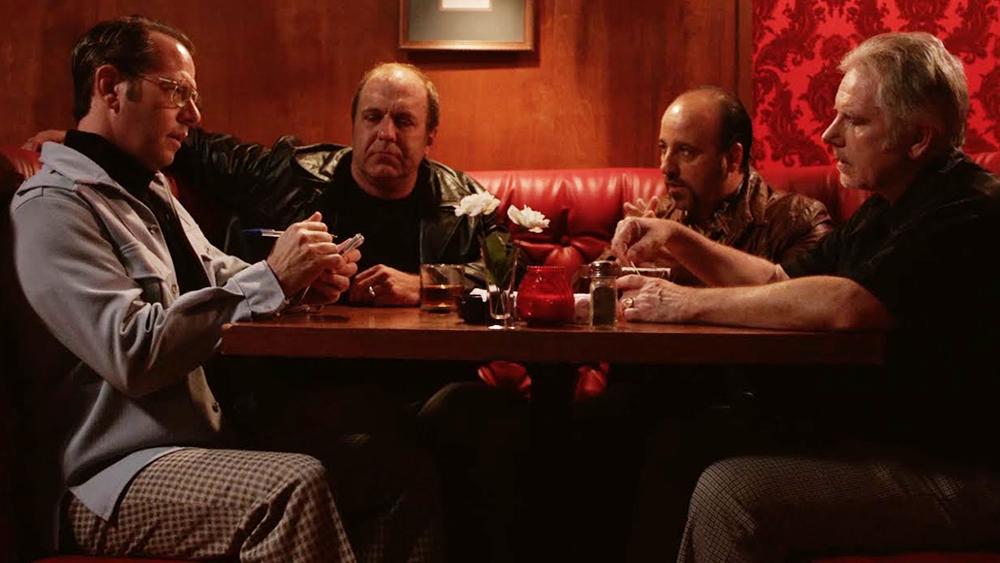 Đằng sau quán bar có vẻ tĩnh lặng ấn chứa nhiều bí mật điều
