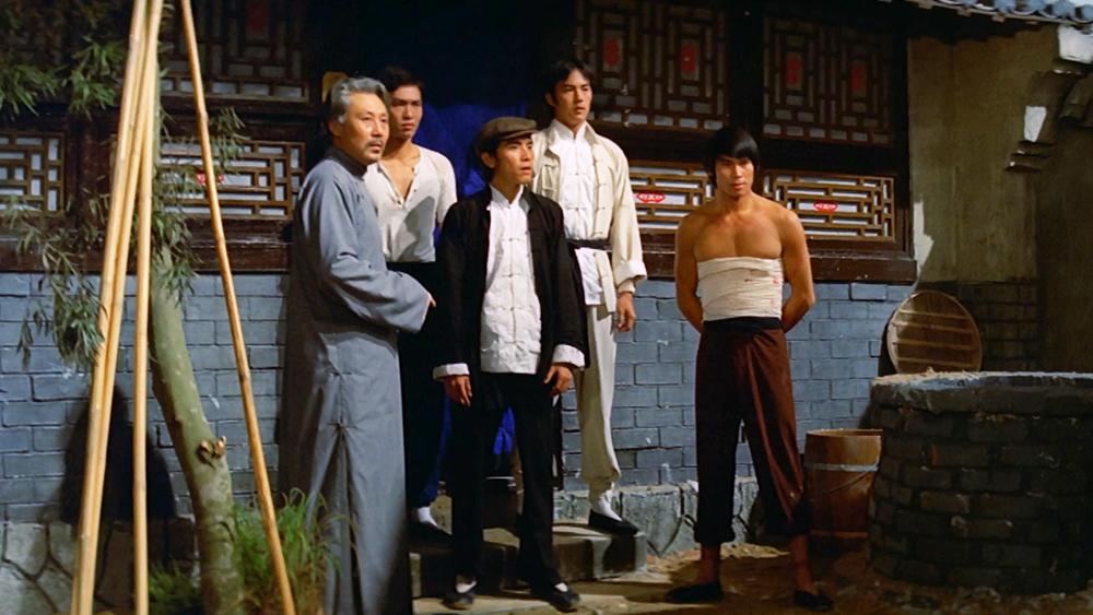 Năm chàng trai giỏi võ công đã cùng hợp lực chống trả