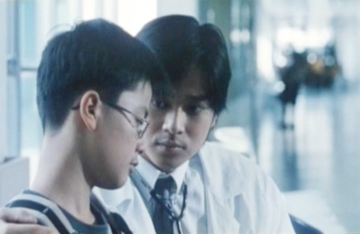 Bác sĩ Đông cùng đội ngũ nhân viên y tế từ Hồng Kông tới thực hiện tiêm chủng cho trẻ em vùng sâu vùng xa.