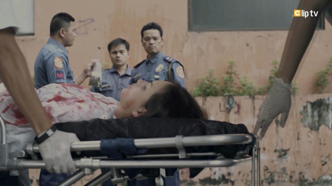 Ác nữ trong phim được cứu ra ngoài dưới hình dạng một nạn nhân bị thương nặng.