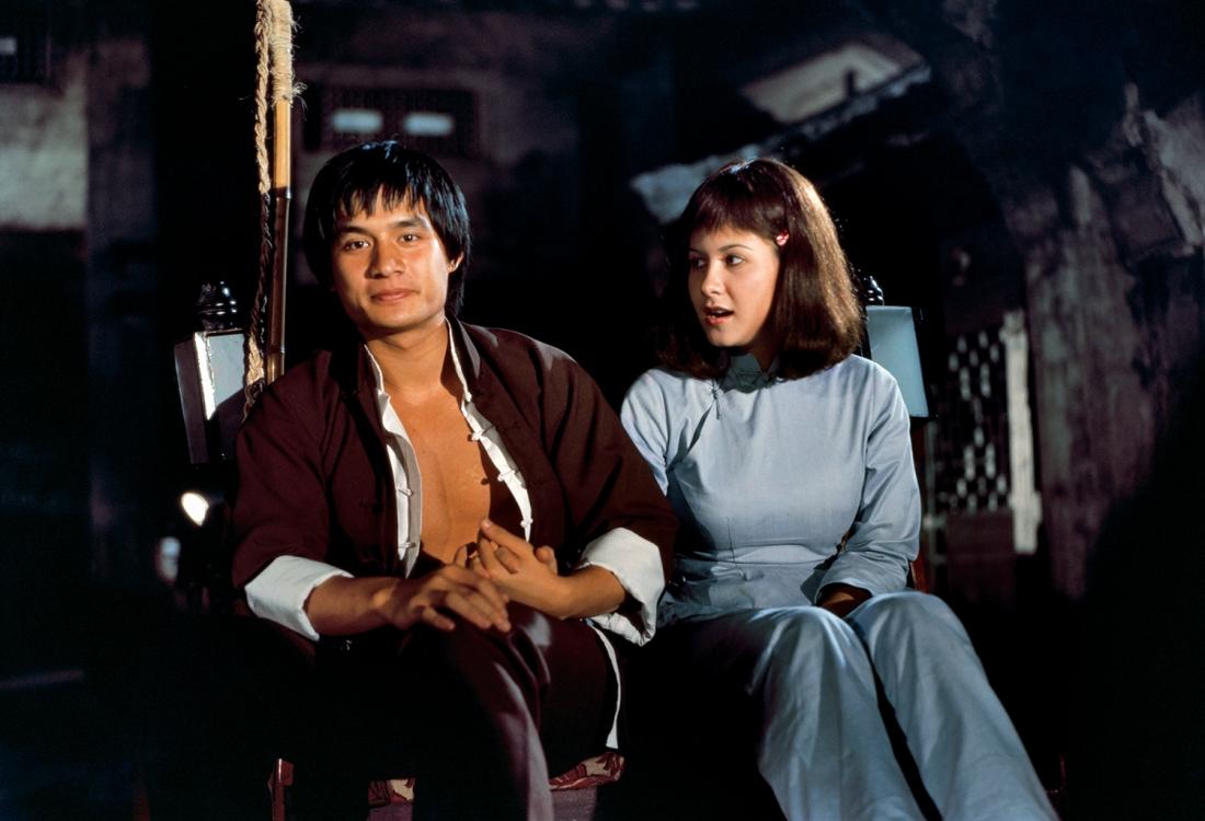 Chung Kiên và cô gái may mắn được anh cứu khỏi tay lưu manh.