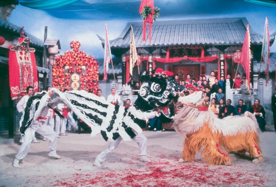Đệ tử của Thiết Kiều Tam tỉ thí múa sư tử với người của Mặc Thiên.