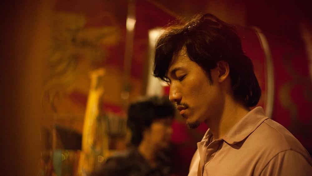 Phim mở đầu với những tự sự về cải lương, quá khứ của nhân vật Dũng ''Thiên Lôi''.