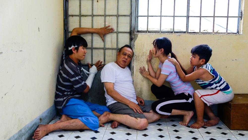 Linh với gia cảnh khó khăn đã chấp nhận đóng vai ''vợ hờ'' để giúp đỡ gia đình.