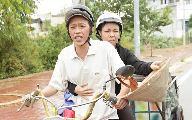 Hai danh hài Hoài Linh - Việt Hương diễn chung rất ăn ý trong vai cặp vợ chồng nghèo bán ve chai Trần Tiên Cảnh - Mai Nhỏ Nhẹ.