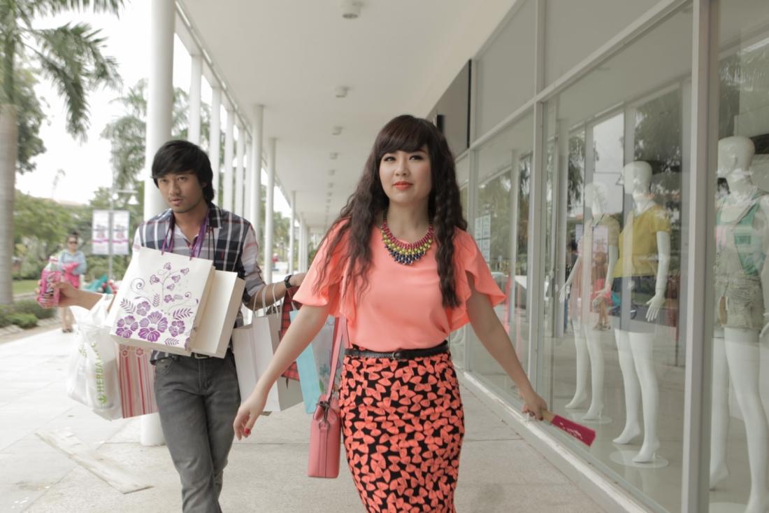Thiện mới đi du học về cùng với cô vợ Việt Kiều tên Mai.