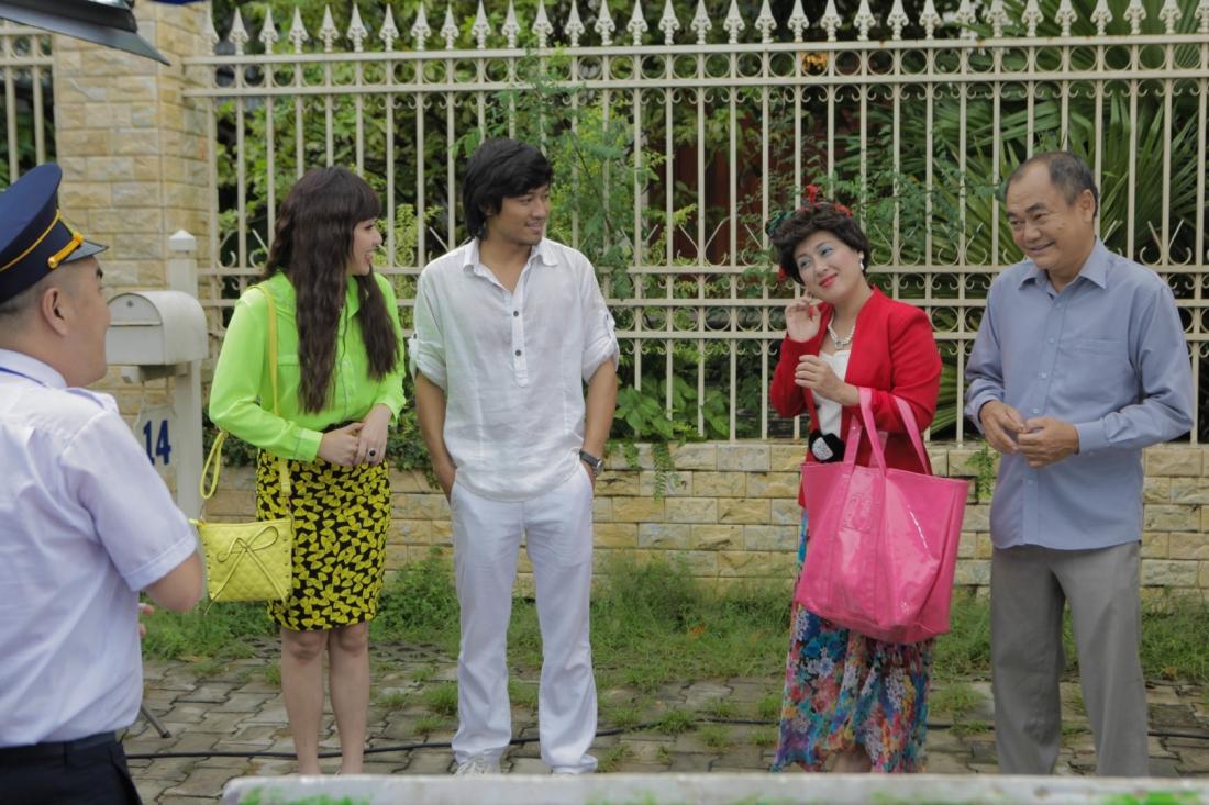 Vì nghèo khó, vợ chồng ông Lương đã dựng cảnh khi đón con trai du học về nước để Thiện khỏi mất mặt với cô vợ Việt kiều.