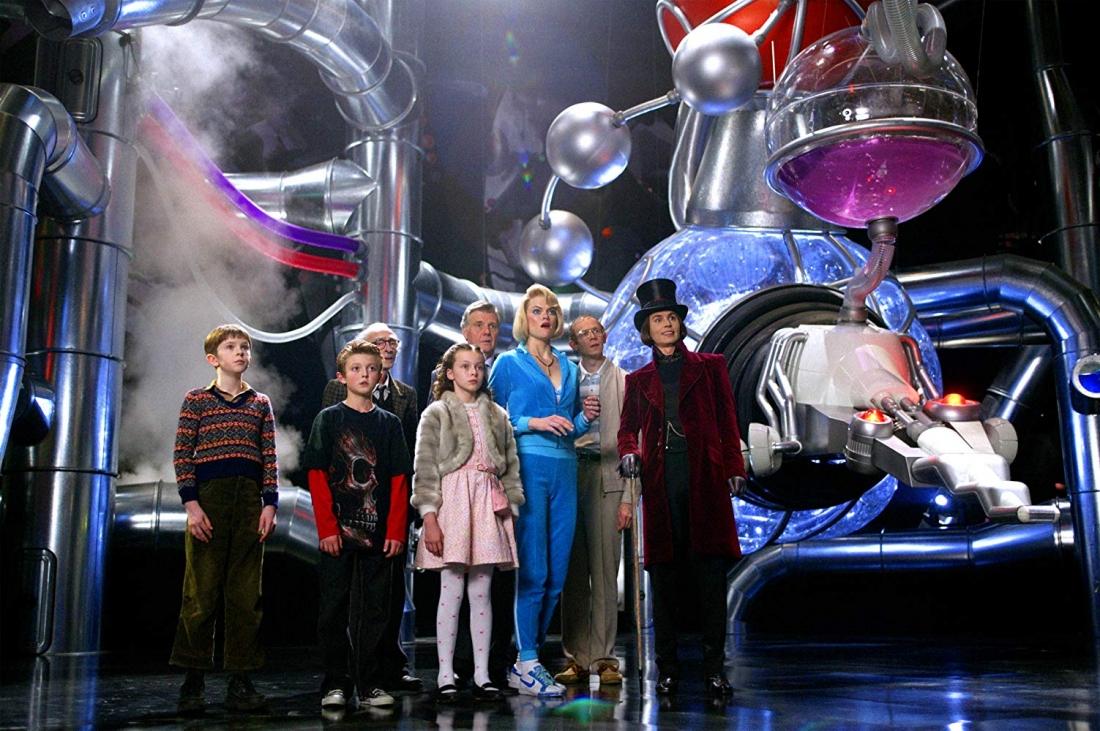 Charlie cùng bốn đứa trẻ may mắn trúng giải khác bước vào nhà máy kẹo trong mơ mà không lường trước được những bất ngờ đang chờ mình ở trong đó.