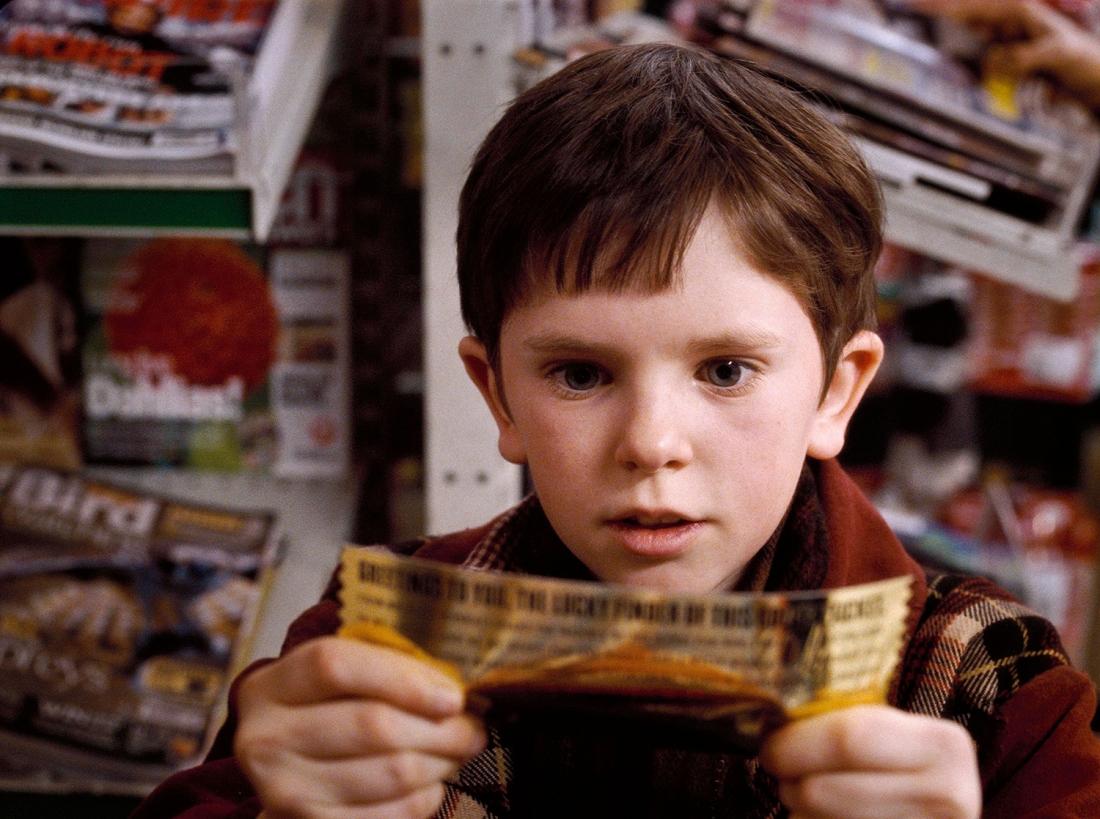 Cậu nhóc Charlie Bucket bất ngờ trúng giải là một chuyến đi thăm nhà máy kẹo sô-cô-la nổi tiếng nhất thế giới của ông chủ kỳ quặc Willy Wonka.