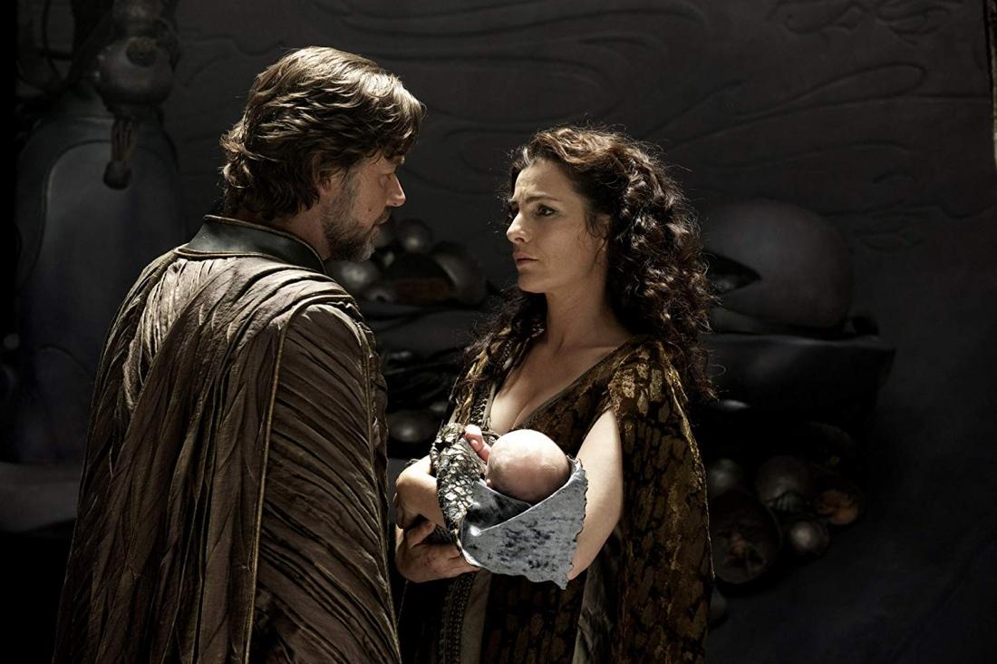 Trước những nguy hiểm từ sự truy đuổi của Zod, Jor-El cùng người vợ gửi con trai mới chào đời, Kal-El, lên phi thuyền tới một hành tinh khác.