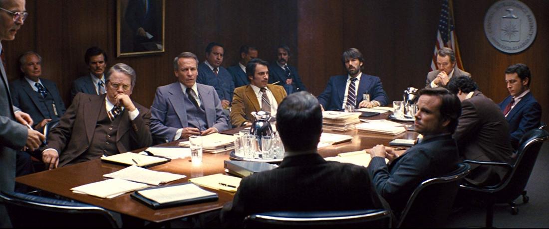 Chuyên gia giải cứu của CIA là Tony Mendez đã được triệu tập nhằm đưa ra phương án đưa những nhà ngoại giao về nước an toàn.