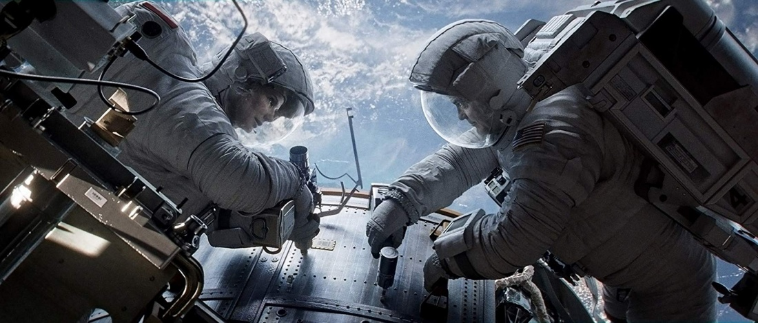 Kỹ sư cơ khí Ryan Stone và phi hành gia lão luyện Matt Kowalsky bị cô lập ngoài không gian vũ trụ tối tăm vì mảnh vỡ từ một vệ tinh khác đã phá hỏng tàu của họ.