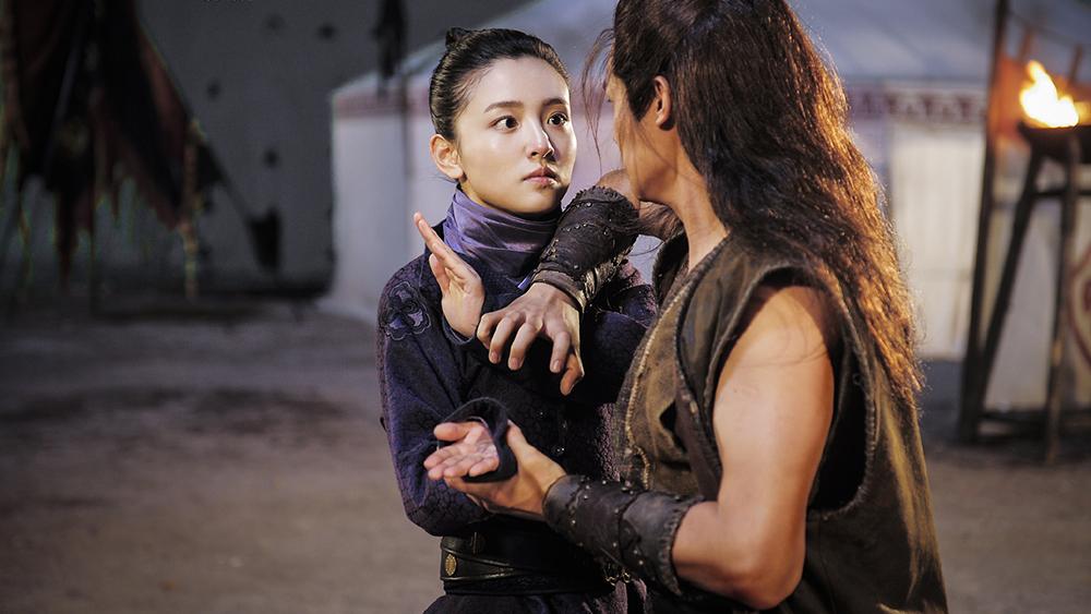 Viễn An trong khi bị ám sát đã vô tình gặp gỡ và quen biết Lan Chi