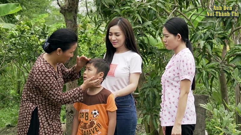 ''Ánh Đèn Nơi Đô Thị'' là phim thuộc thể loại tâm lý do Việt Nam sản xuất xoay quanh câu chuyện về Liên – một cô gái yếu đuối nhưng phải chống chọi với mọi thứ trong cuộc sống.