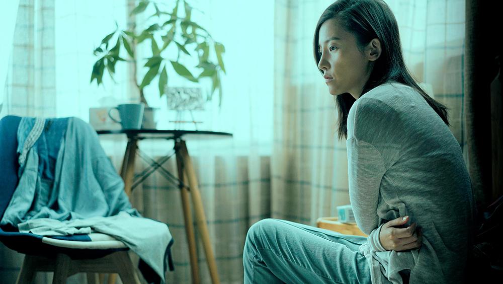 Bộ phim ''Bước Qua Tương Lai'' xoay quanh Dương Diệu Đình - một cô gái sống lặng lẽ, khép kín.