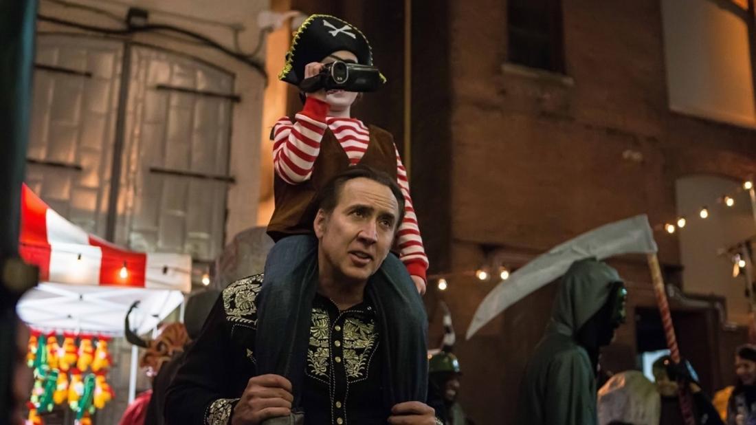 Phim ''Mặc Cả Với Quỷ'' kể về vị giáo sư Mike Lawford (do Nicolas Cage thủ vai) cố gắng tìm kiếm đứa con trai bị biến mất một cách đầy bí ẩn trong buổi lễ diễu hành Halloween.