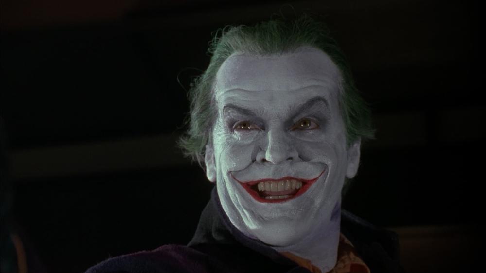 Gã mang bộ mặt thằng hề, là một kẻ nguy hiểm đang lên kế hoạch phun khí độc để khiến mọi người đều chết với bộ mặt cười như mình.