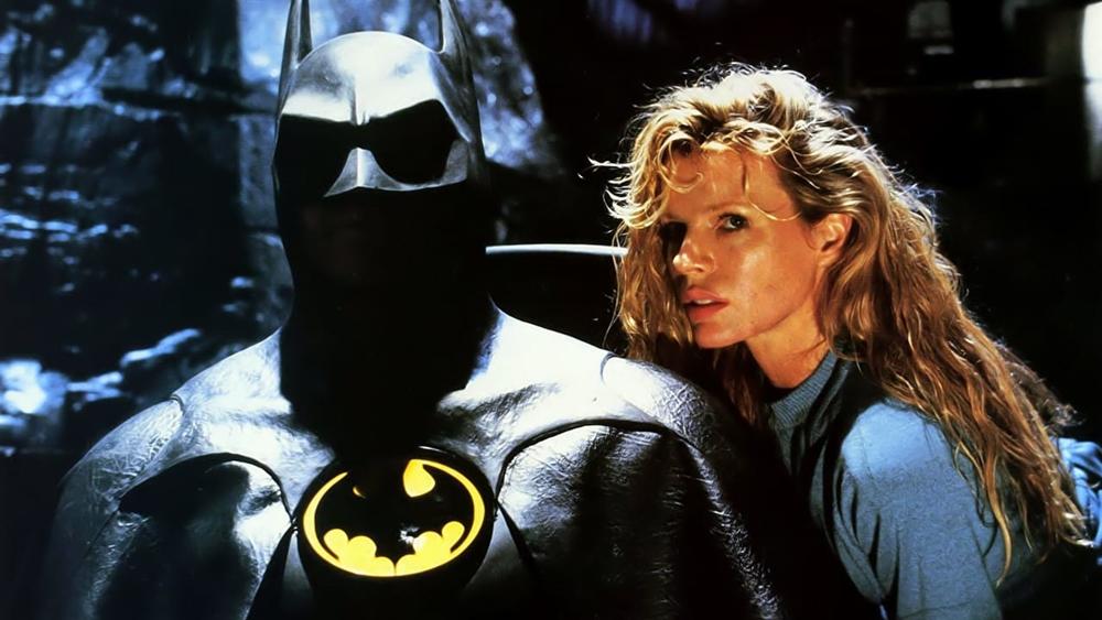 Một nữ phóng viên cố gắng tìm cách lần ra dấu vết của Batman và nàng lại rơi vào vòng tay của chàng tỷ phu Bruce Wayne...