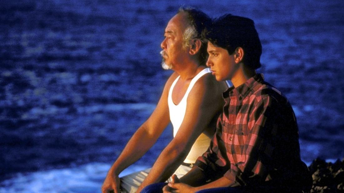 Để thích nghi được với môi trường ở đây Dre đã tìm đến một võ sư về vường là chú Hán, và cũng là thợ sửa nước cho gia đình Dre.