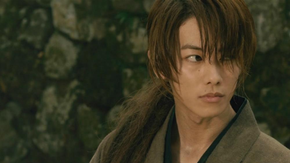Himura Kenshin là một Hitokiri (sát thủ) huyền thoại cuối đời Bakumatsu, được mệnh danh là Hitokiri Battousai (sát thủ rút kiếm với tốc độ nhanh nhất)