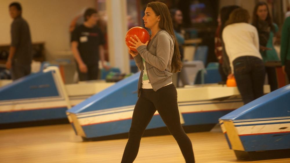 Bowling được biết đến là bộ môn thể thao giải trí không chỉ dành cho giới trẻ mà còn rất tốt đối với người cao tuổi.