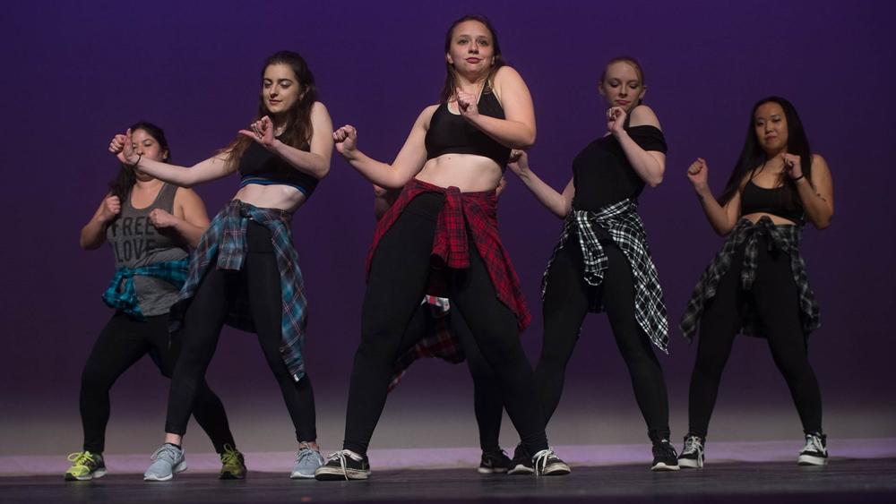 Step dance thường được trình diễn cùng nhạc Flameco hay dàn nhạc kèn thổi Ireland cùng cây đàn Mandolin.