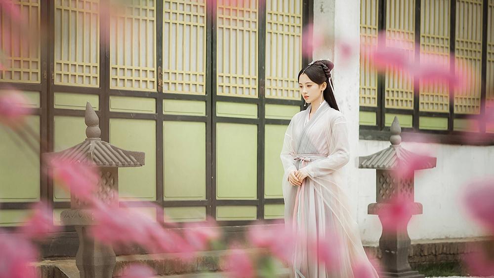 Tại núi Nga Mi, có một xà yêu tu luyện ngàn năm tâm tính lương thiện tên là Bạch Tố Trinh, một lòng muốn tu thành chánh quả trở thành tiên, nàng cũng dự định đến thành Lâm An để mở rộng nhãn giới.