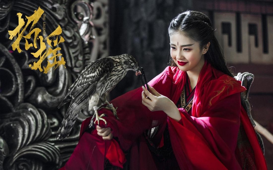 Lộ Chiêu Dao vô tình cứu mạng Mặc Thanh nhưng lúc đoạt Vạn Quân Kiếm lại bị Mặc Thanh giành được trước, bị Vạn Quân Kiếm làm bị thương.