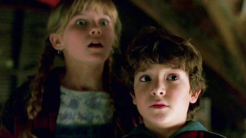 Hai đứa trẻ khám phá ra hộp trò chơi bí ẩn