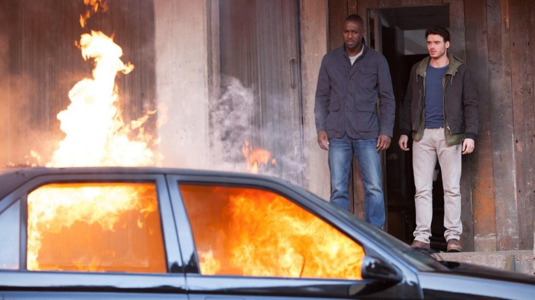 """Trong một lần """"hành động"""", Michael bị đặc vụ CIA Sean Briar truy bắt vì đã lấy cắp một chiếc túi có chứa quả bom đã được cài đặt."""