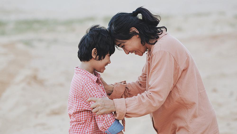 Nhưng với bản năng của người mẹ dành cho đứa con mình dứt ruột sinh ra, mẹ Tuệ chỉ có một phương pháp duy nhất là dạy con bằng cách bảo bọc mọi thứ.