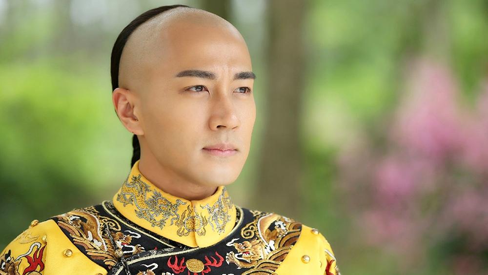 Bộ phim là câu chuyện tình yêu đầy sóng gió giữa Khang Hi và Lương Nhi. Hồi nhỏ, hai người có mối lương duyên cùng nhau trải qua kiếp nạn sinh tử, nhưng Lương Nhi lại gặp tai nạn mất trí nhớ.