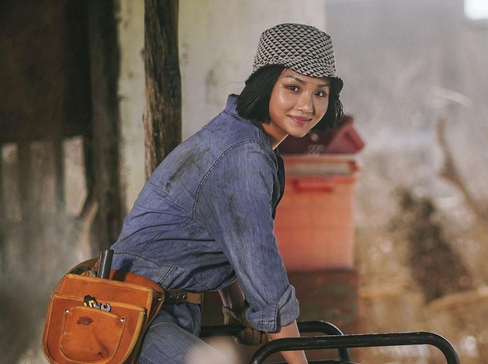 Miu Lê trong vai Sâm - cô thợ đụng cá tính, sẵn sàng... đụng luôn cả tay chân nếu không vui.