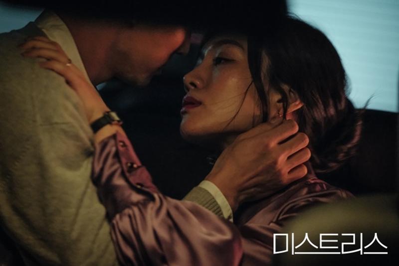 Bộ phim là một chuỗi những bí mật cũng như các mối quan hệ phức tạp của họ với những người đàn ông...