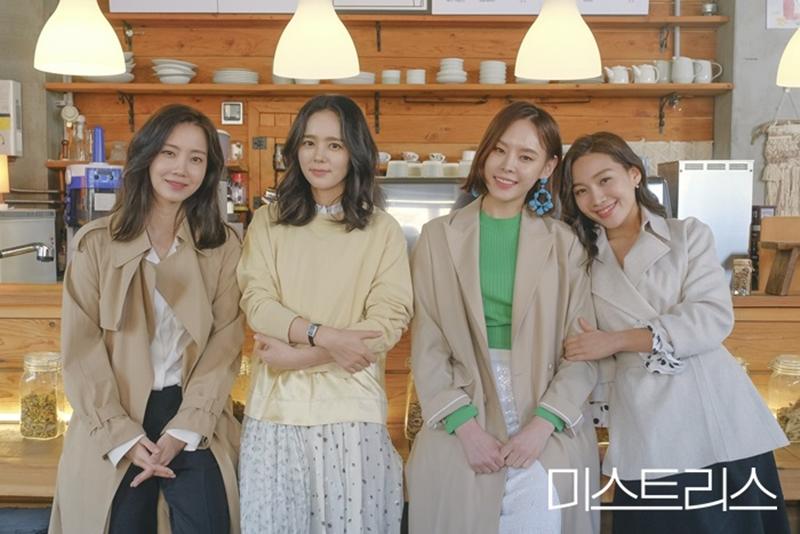 ''Mistress'' xoay quanh 4 người phụ nữ: một cô chủ quán cafe, một nhà tâm lý học, một giáo viên và một thư ký văn phòng luật.