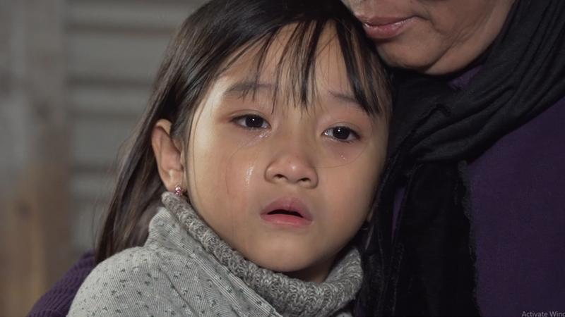 Ánh mắt đứa con đang trông ngóng mẹ về để đón giao thừa.