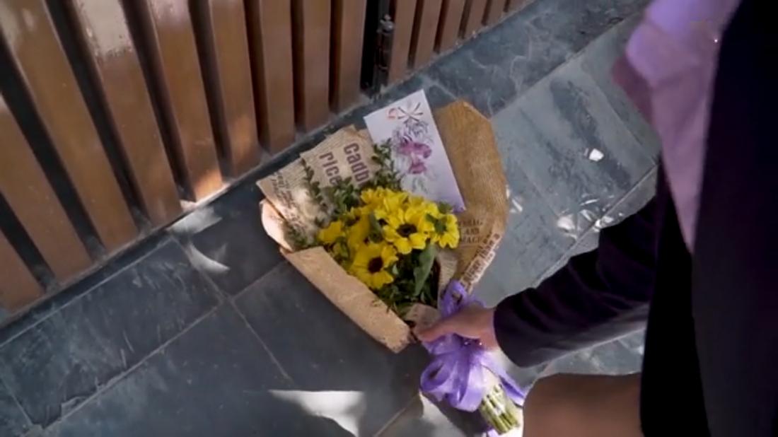 Bó hoa tặng mẹ vô tình gây ra hiểu lầm.