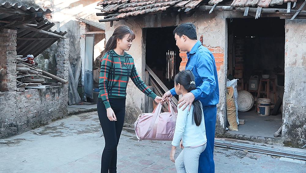 Hoàn cảnh nghèo đói khiến một cặp vợ chồng chia xa, người chồng làm ở quê còn vợ lên thành phố.