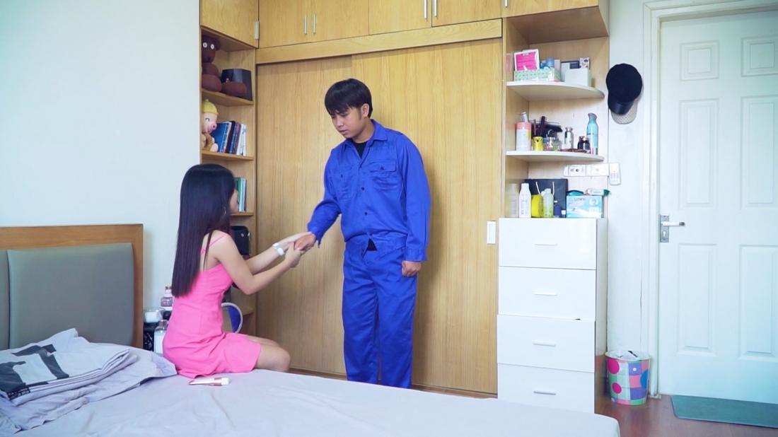 Nhân cơ hội chồng thường xuyên đi công tác xa nhà, cô đã gọi Hùng đến tư tình.