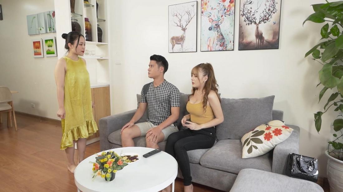 Hòa phát hiện ra chuyện giữa chồng và Hoa.