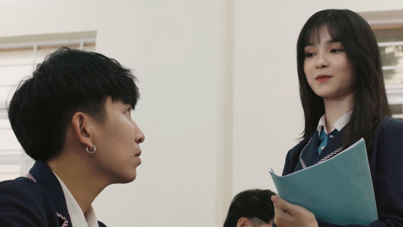 Linh nói chuyện với Phong khi đang trên lớp học.
