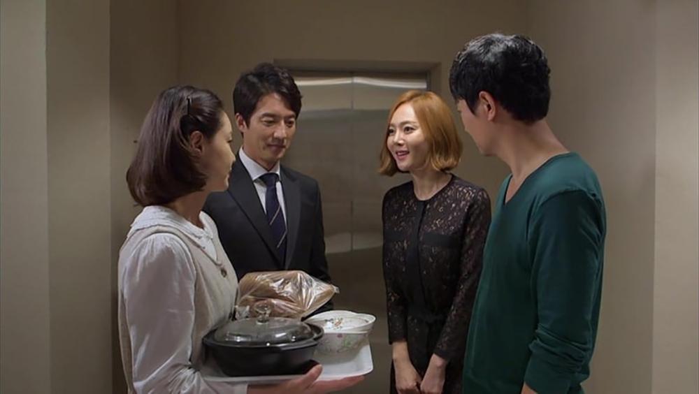 Sang Shik là giám đốc bộ phận trong một công ty lớn, còn Kyung Joo là một bà nội trợ.